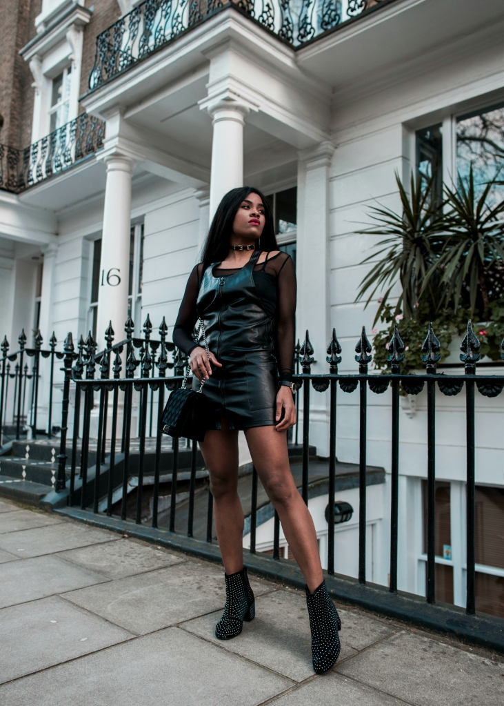 wallaceyolicia-com_fashion_blogger_switzerland_2017-leather_overall_skirt-black_studded_ankle_boots-02