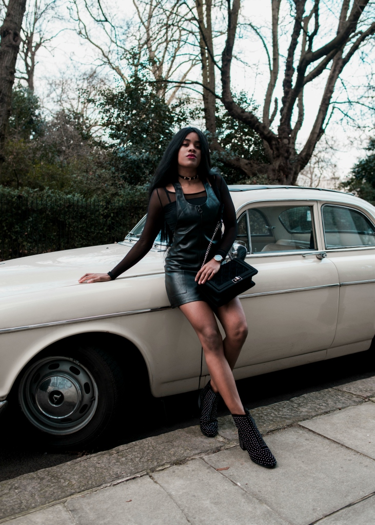 wallaceyolicia-com_fashion_blogger_switzerland_2017-leather_overall_skirt-black_studded_ankle_boots
