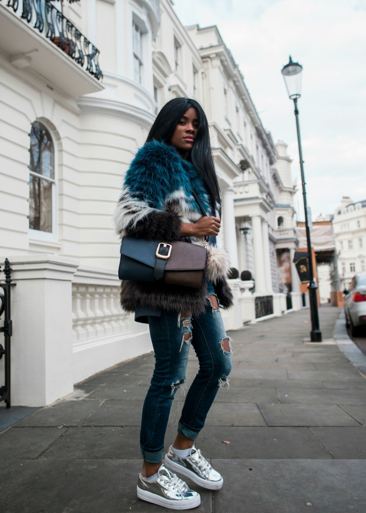 wallaceyolicia-com_fashion_bloggers_switzerland-best_ripped_boyfriend_jeans-multicolored_faux_fur_coat_winter_2017-metallic_sneakers_casual_style-1