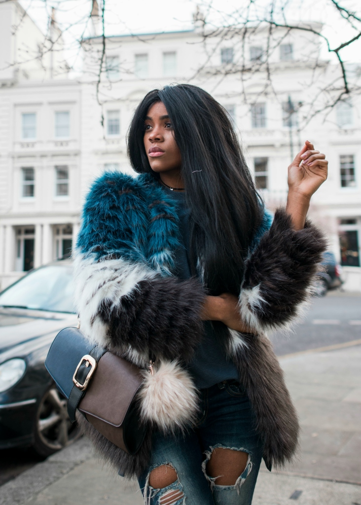 wallaceyolicia-com_fashion_bloggers_switzerland-best_ripped_boyfriend_jeans-multicolored_faux_fur_coat_winter_2017-metallic_sneakers_casual_style