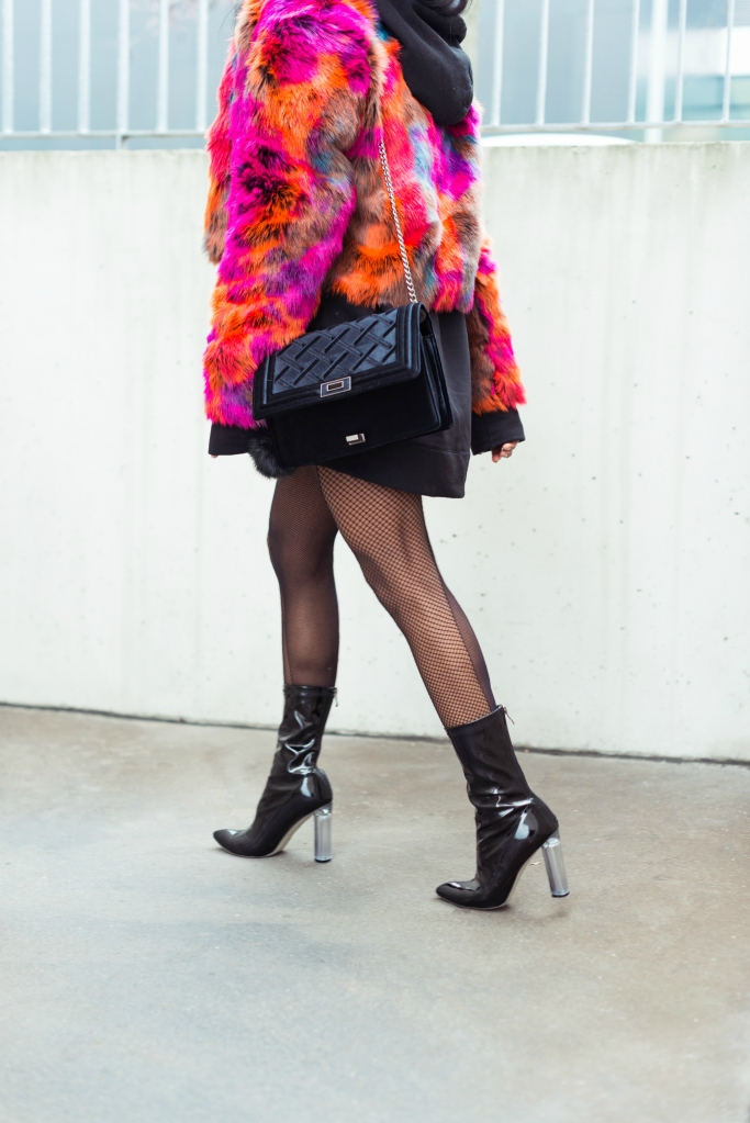 wallaceyolicia-com_fashion_bloggers_switzerland-how_to_wear_colorful_faux_fur_coats_winter_2016-fishnets_tights_with_90s_ankle_boots-1