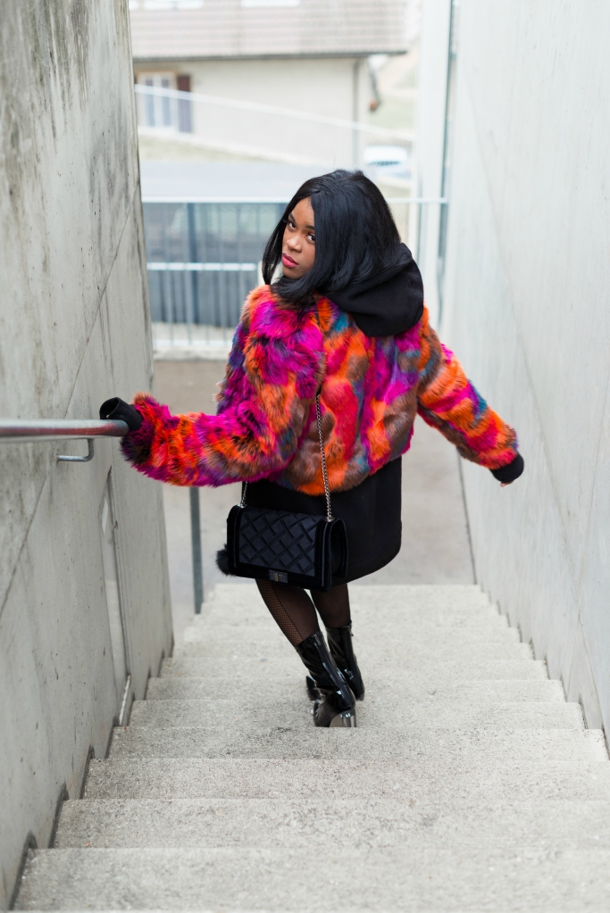wallaceyolicia-com_fashion_bloggers_switzerland-how_to_wear_colorful_faux_fur_coats_winter_2016-fishnets_tights_with_90s_ankle_boots-2